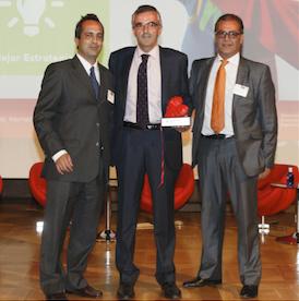 Representantes de Mapfre recogiendo el premio a la mejor Estrategia en Experiencia de Cliente