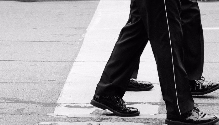 piernas-cruzando-paso-cebra