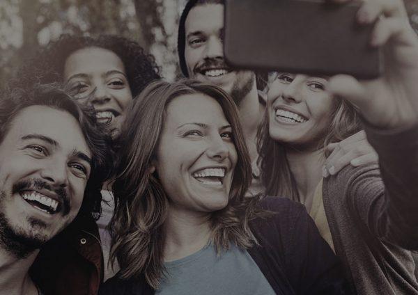 grupo-de-gente-selfie