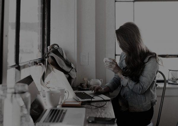 mujer-trabajando-con-portatil