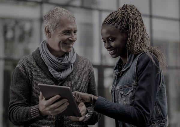 dos-personas-usando-una-tablet