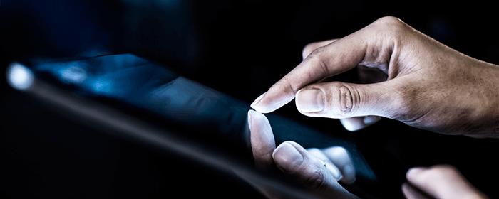 mano-hombre-tablet