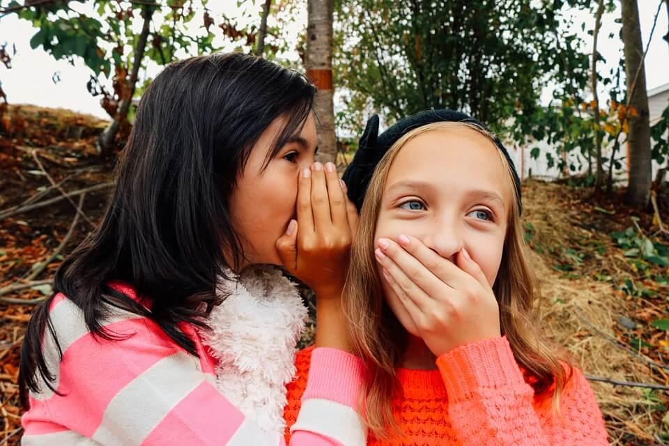 niñas-hablando-bajo