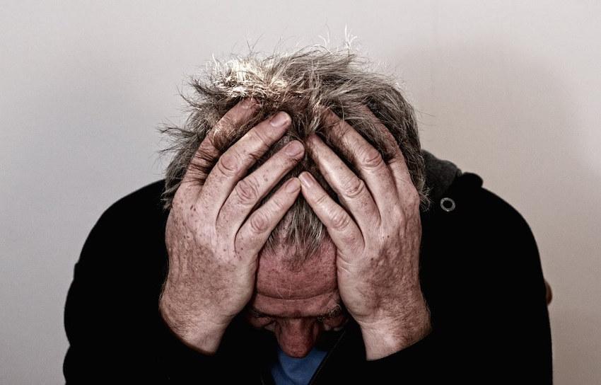 hombre-mayor-desesperado