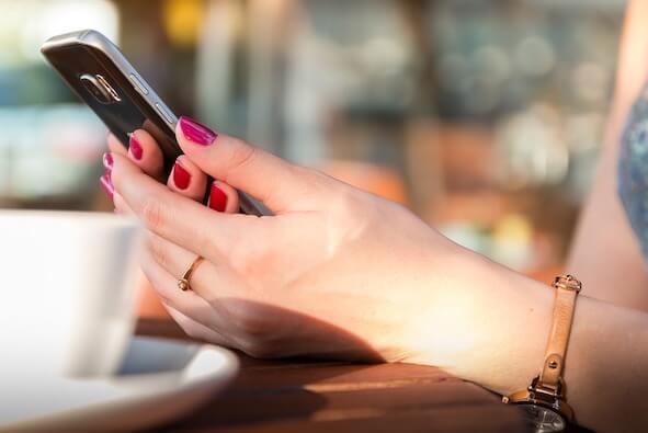chica-con-smartphone